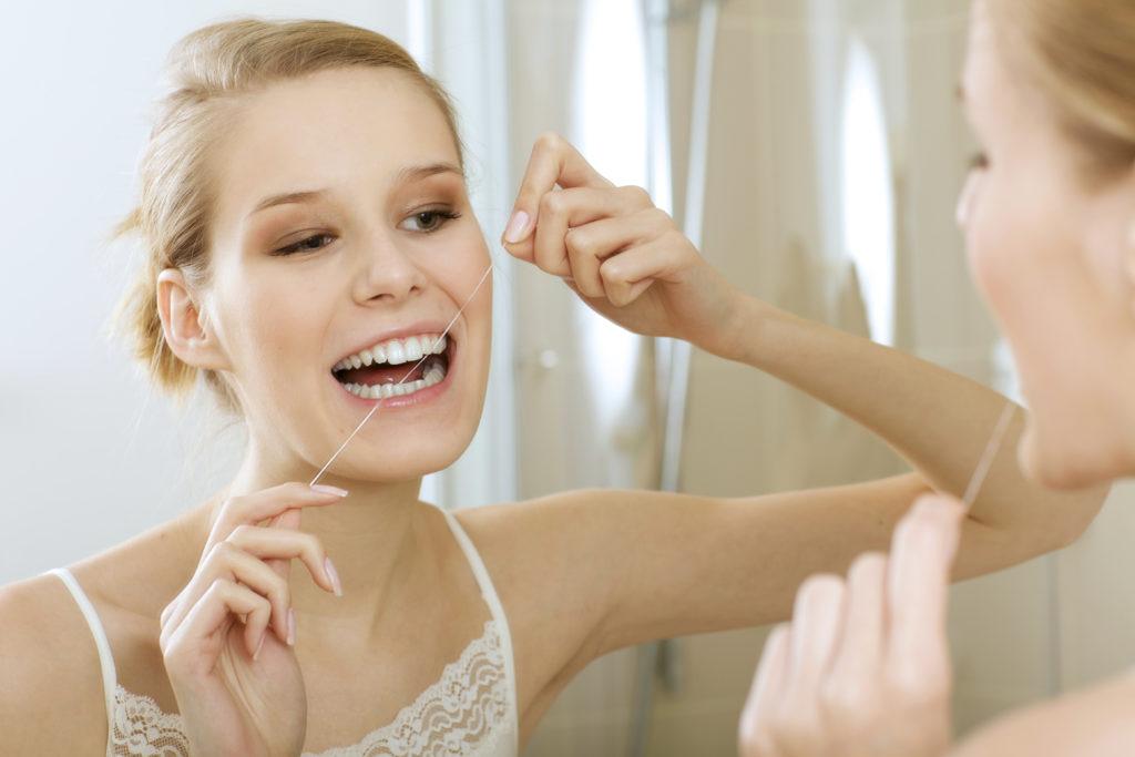 mycie zębów nicią dentystyczną